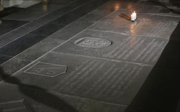 Надгробный камень Шекспира действительно короче, чем камни пола над могилами его жены и родственников